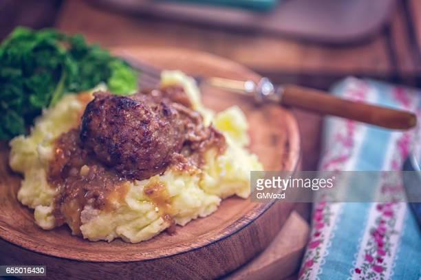 Gebratene Fleischbällchen mit Biersauce und Kartoffelpüree