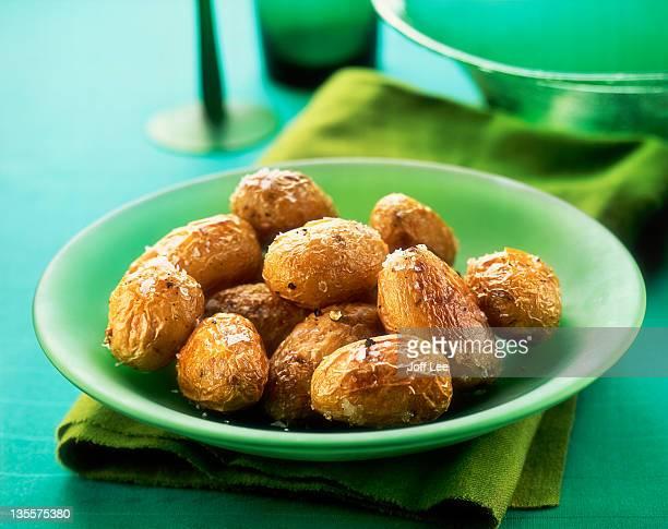 roasted new potatoes with sea salt - prepared potato stockfoto's en -beelden
