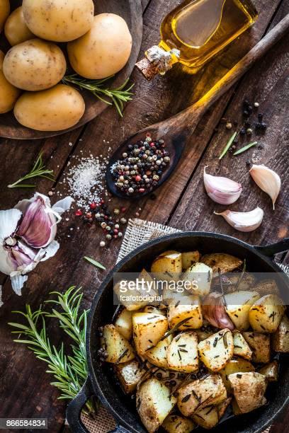 木製キッチン テーブルにロースト ポテト - ローストポテト ストックフォトと画像