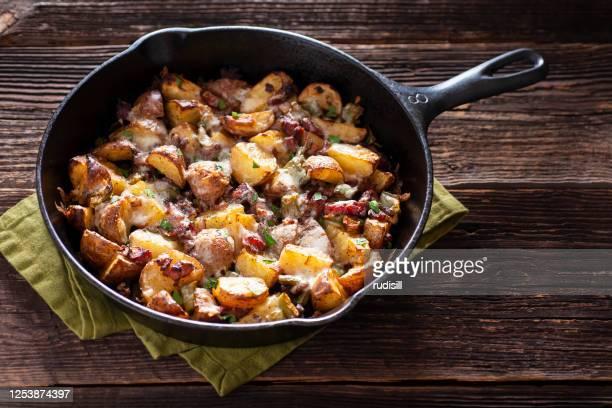 geroosterde aardappelen - prepared potato stockfoto's en -beelden