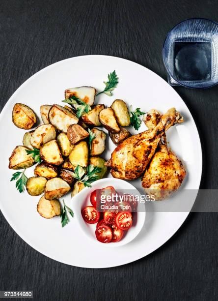 roasted potatoes with chicken and tomato salad - ローストポテト ストックフォトと画像