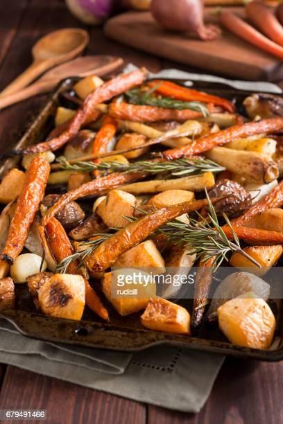 verduras de raíz asada - nabo sueco fotografías e imágenes de stock