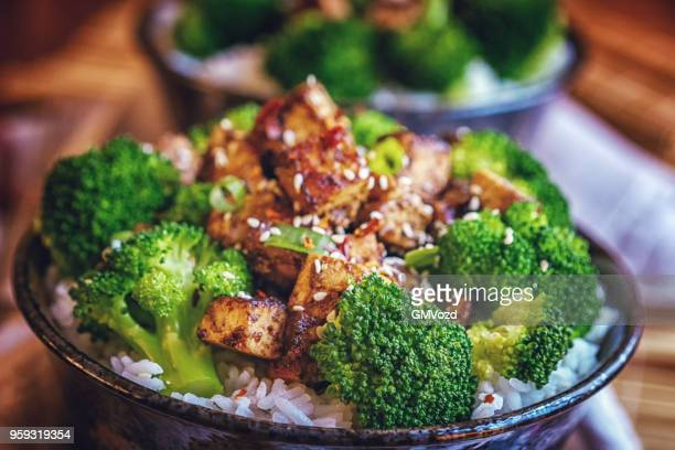 gebratener tofu mit soja-sauce, brokkoli und reis - mittagessen stock-fotos und bilder