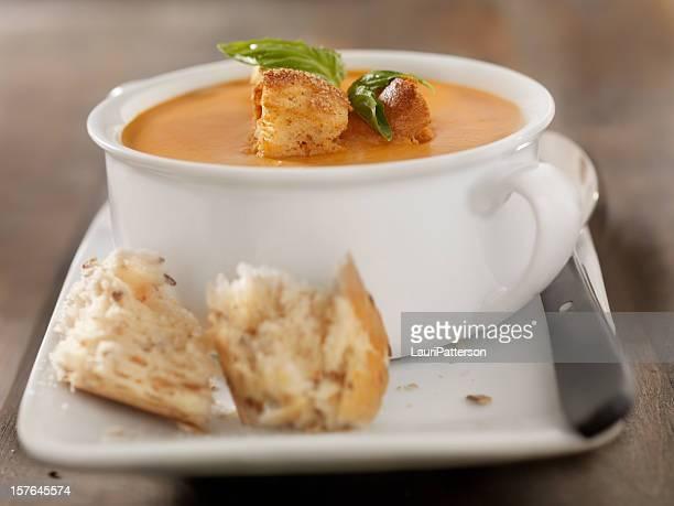 Rôti à la tomate et au basilic Bisque avec du pain en croûte