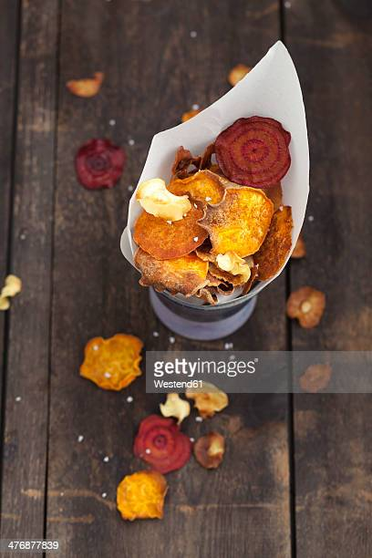 Roasted vegetable chips made of parsnips, sweet potatoes, beetroots, carrots and turnips