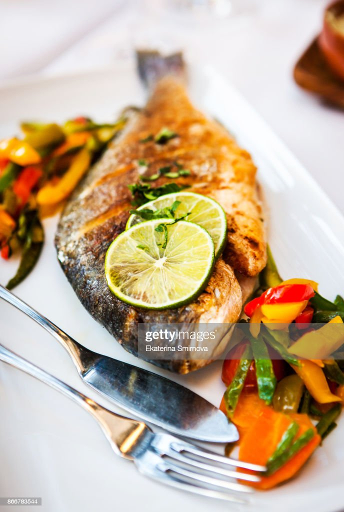 Roasted whole sea bream fish (dorado) with vegetables : Stock Photo