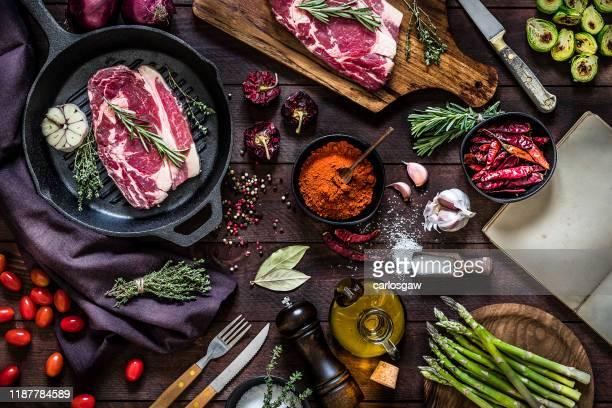 鉄グリルで牛肉のステーキと野菜を焼く - 料理本 ストックフォトと画像