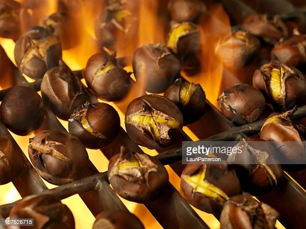 Rösten Kastanien auf ein Barbecue im Freien