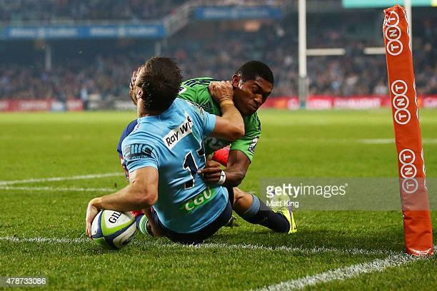 Rob Horne of the Waratahs beats Waisake Naholo of the Highlanders to score in the corner during the Super Rugby Semi Final match between the Waratahs...