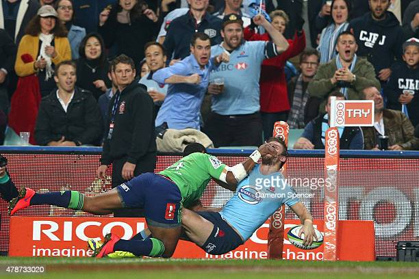 Rob Horne of the Waratahs scores a try during the Super Rugby Semi Final match between the Waratahs and the Highlanders at Allianz Stadium on June 27...