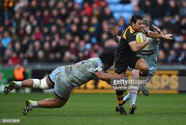 Rob Miller Wasps breaks from Na'ama Leleimalefaga of Worcester Warriors to set up a second half try during the Aviva Premiership match between Wasps...