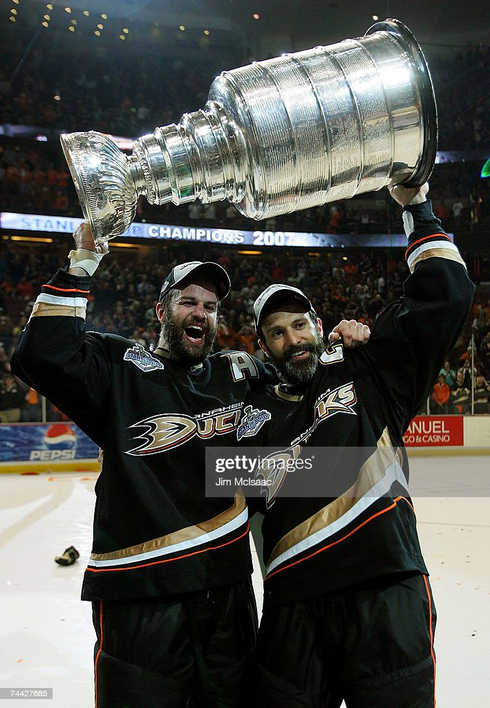 Rob Niedermayer of the Anaheim Ducks and brother Scott Niedermayer ... 406c372e8