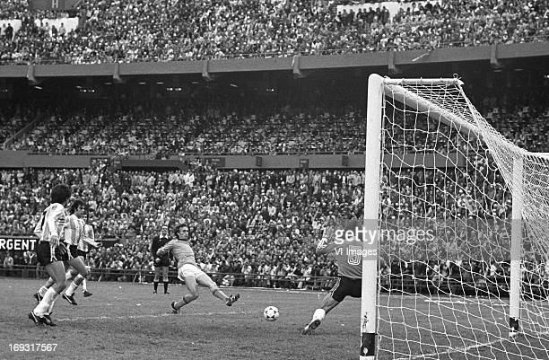 Rob Rensenbrink goalkeeper Ubaldo Fillol during the FIFA World Cup final match between Argentina and The Netherlands on June 25 1978 at the Estadio...