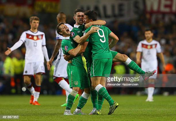 Robbie Brady Wes Hoolahan and Shane Long of Republic of Ireland celebrate victory after the UEFA EURO 2016 Qualifier group D match between Republic...