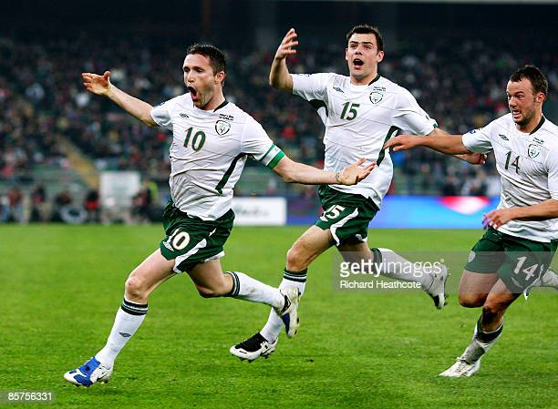 Robbie Keane of Ireland celebrates scoring a late goal with his team mates during the FIFA 2010 World Cup Qualifier between Italy and The Republic of...