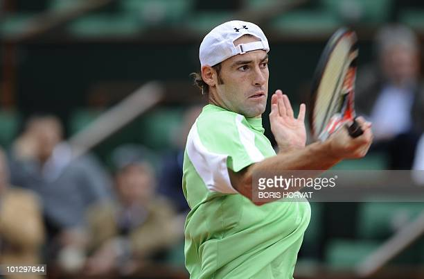 US Robby Ginepri plays a return during his men's fourth round match against Serbia's Novak Djokovic in the French Open tennis championship at the...