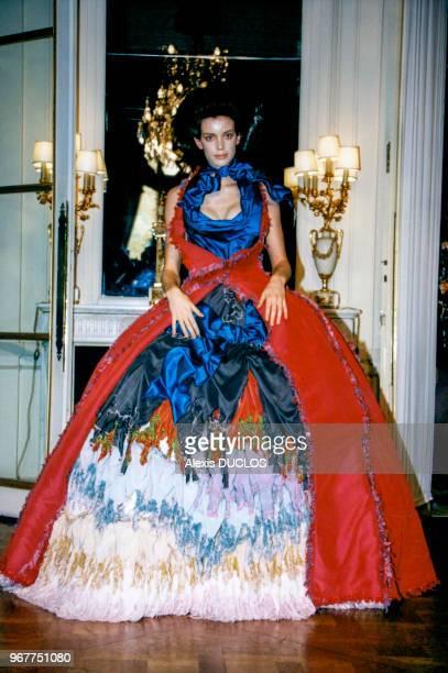 Robe à crinoline lors du défilé Vivienne Westwood PAP printempsété octobre 1997 Paris France