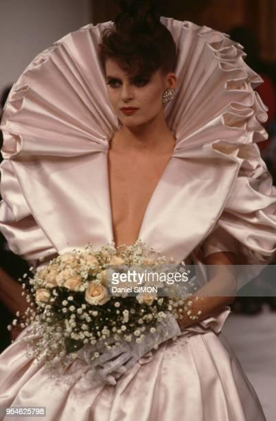 Robe de mariée dans le défilé Emanuel Ungaro en janvier 1987 à Paris France