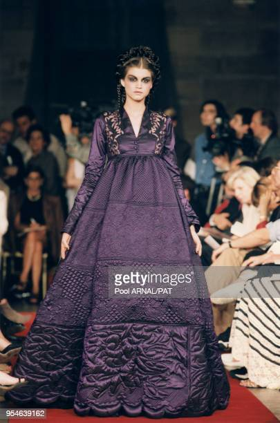 Robe de satin matelassé violet de la collection JP Gaultier Haute Couture AutomneHiver 97/98 le 9 juillet 1997 à Paris France