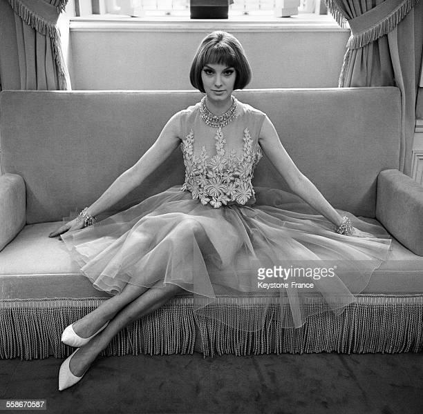 Robe en mousseline de soie avec les bracelets de Sheherazade en cristal taillé du même ton vert d'eau que la robe Slim Look chez le nouveau Dior par...