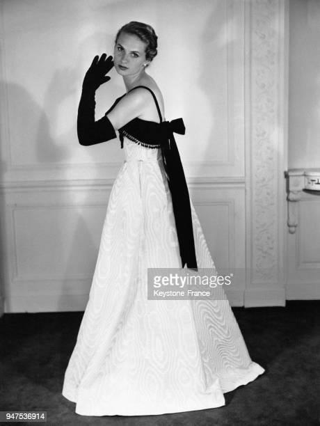 Robe longue de soirée avec un large noeud noir dans le dos gants longs noirs Circa 1950