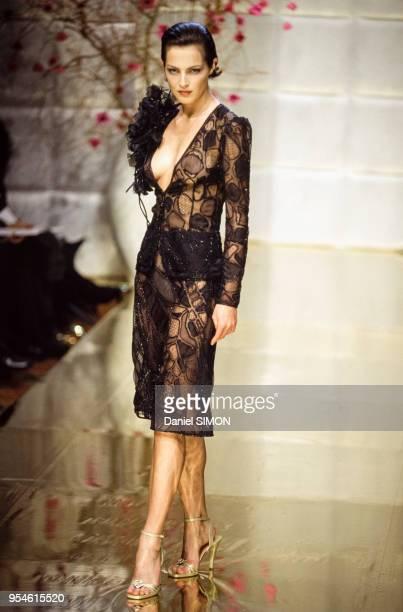 091c2222641 Robe transparente dans le défilé Valentino en janvier 1997 à Paris France
