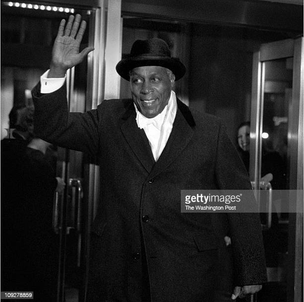 Robert A Reeder TWP Capitol Hilton Hotel BRIEF DESCRIPTION Arrivals to the Gridiron Dinner A dapper presidential chum Vernon Jordan waves to the...