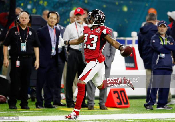 Robert Alford of the Atlanta Falcons scores a touchdown on a 82 yard interception against the New England Patriots in the second quarter during Super...