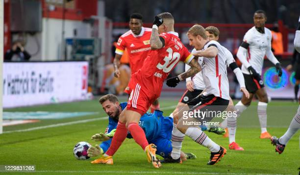 Robert Andrich of 1 FC Union Berlin scores the 1:0 during the game between the 1.FC Union Berlin and Eintracht Frankfurt at the Stadion an der alten...