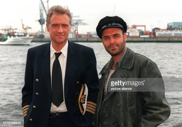 Robert Atzorn als FrachtschiffKapitän Frank Harmsen und Jophi Ries als sein Chefingenieur Fritz Kaiser bei Dreharbeiten zu der neuen ZDFReihe Der...