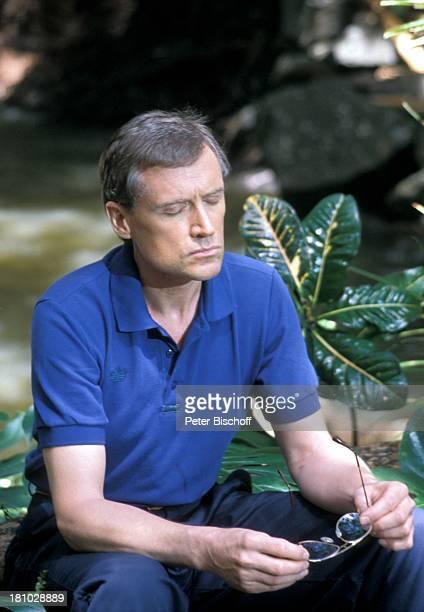 Robert Atzorn Dreharbeiten zur ZDFSerie Insel der Träume Folge 11 Der Sieger Hawaii/USA/Amerika Palmen Urwald Blumen magischer Wasserfall Brille...