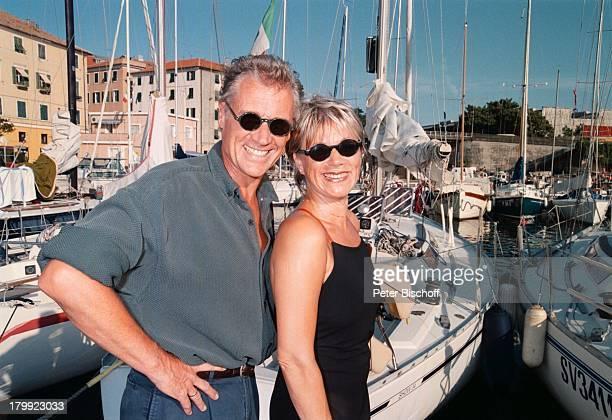 Robert Atzorn Ehefrau Angelika HartungDer KapitänFolge Verlorene LiebesmühZDFReihe Dreh Genua/Italien UrlaubSonnenbrille