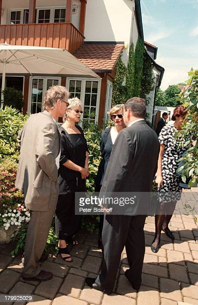 Robert Atzorn Ehefrau Angelika Hartungzum Gedenken an den 70 Geburtstag vonGünter Strack versammelten sich alle seineFreunde im Garten seines...