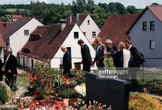 Robert Atzorn Ehefrau Angelika Hartungzum Gedenken an den 70 Geburtstag vonGünter Strack versammelten sich alle seineFreunde an seinem Grab
