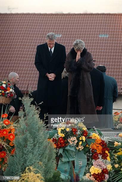 Robert Atzorn mit Ehefrau AngelikaHartung Beerdigung von Günter StrackFriedhof Münchsteinach Familie Freundeund Kollegen erweisen Günter Strack...
