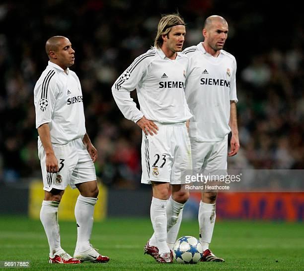 Robert Carlos, David Beckham and Zinedine Zidane of Madrid wait to take a freekick during the UEFA Champions League Round of 16, First Leg match...