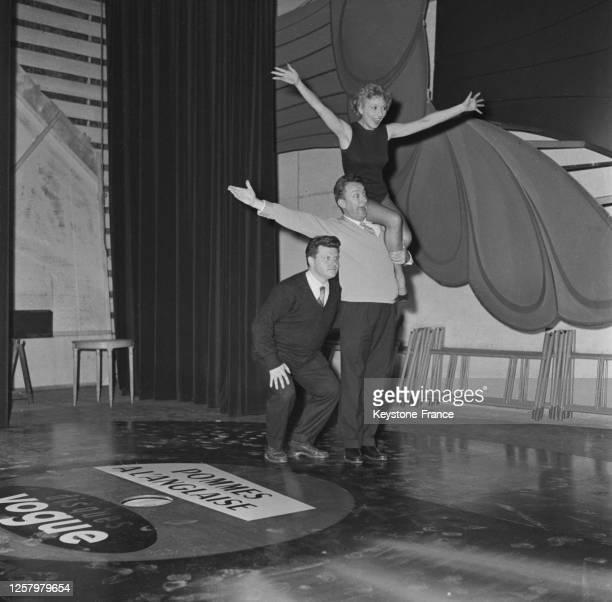Robert Dhéry, Colette Brosset et Gérard Calvi sur scène, à Paris, France le 27 octobre 1964.