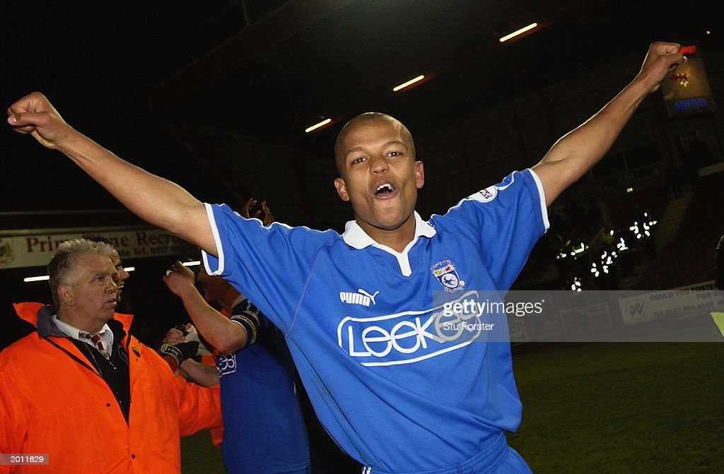 Robert Earnshaw of Cardiff City celebrates  : News Photo