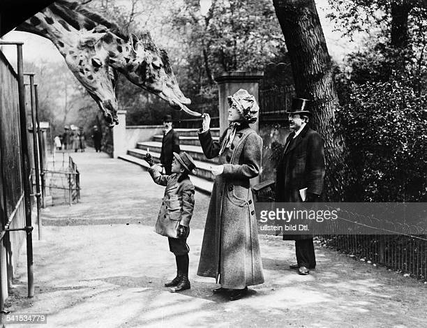 Robert Edwin Peary, *1856-1920+, American explorer - Peary with his daughter and his son in the Berlin Zoo, 1910