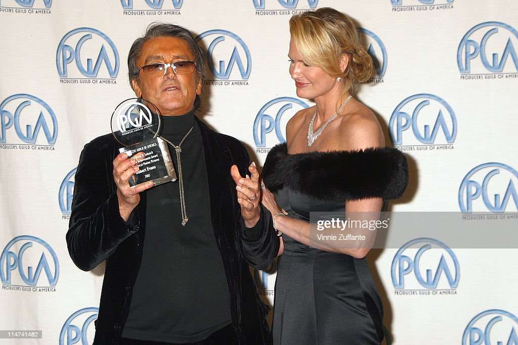 Robert Evans and Leslie Ann Woodward with his David O. Selznick Award for Lifetime Achievement in the press room at the 14th Annual Producers Guild Awards at the Century Plaza Hotel in Century City, CA 03/02/03 : Fotografia de notícias