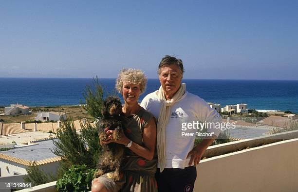 Robert Freitag Ehefrau Maria Sebaldt Dackel Dolly Homestory Mallorca Spanien Hund Tier Tiere Haustier Uhr Armbanduhr Kleid Schal Meer Wasser Horizont...
