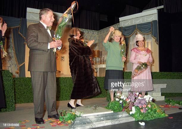 Robert Freitag Ehefrau Maria Sebaldt Hannelore Cremer Hilde Vadura TheaterKomödie Der Witwenclub Garching München Deutschland Bühne Auftritt Blumen...