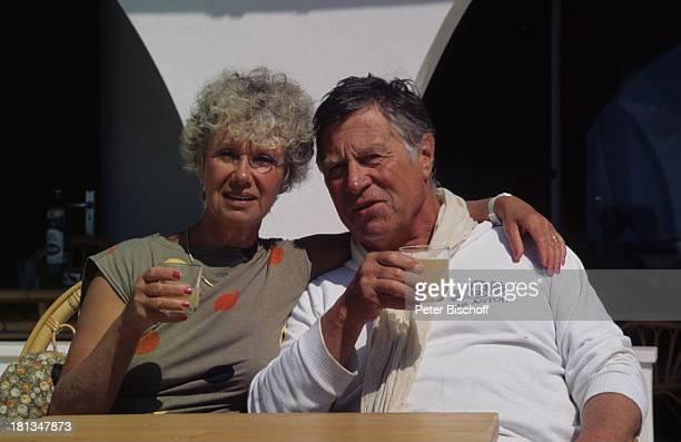 Robert Freitag Ehefrau Maria Sebaldt Homestory Mallorca Spanien Getränk Glas Kleid Schal Ehemann Schauspieler Schauspielerin