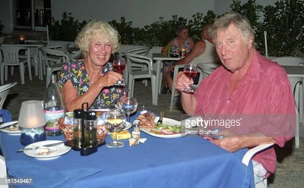 Robert Freitag Ehefrau Maria Sebaldt Homestory Mallorca Spanien Wein Getränk Glas Alkohol Teller Besteck Ohrringe Halskette Kette Schmuck Ehemann...