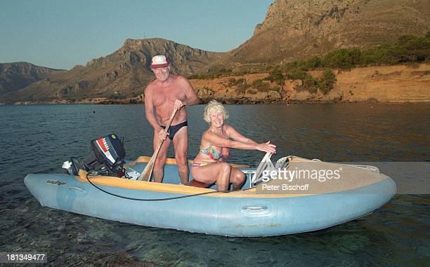 Robert Freitag Ehefrau Maria Sebaldt Mallorca Spanien Boot Motorboot Wasser Paddel Panorama Felsen Mütze Cap BaseballCap Bikini BadeHose Ehemann...