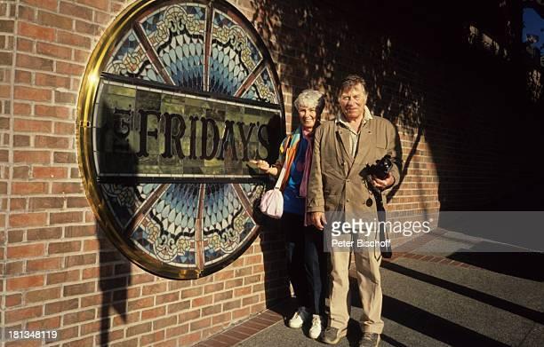 "Robert Freitag , Maria Sebaldt, Restaurant ""The Fridays"", San Francisco, USA, , Restaurant, Videokamera, Handtasche, Tasche, Schauspieler,..."