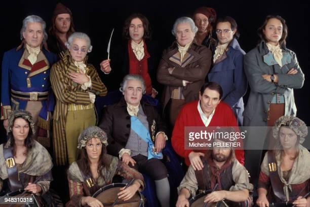 Robert Hossein en pullover rouge présente son nouveau spectacle intitulé 'La Liberté ou la Mort' entouré de ses comédiens dont Jean Negroni Serge...