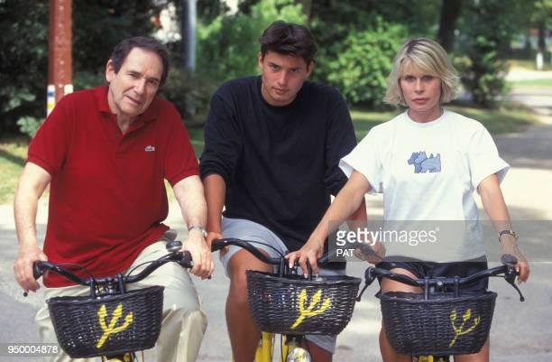 Robert Hossein son épouse Candice Patou et leur fils Julien au Club Méditerranée en juillet 1994 à Vittel France