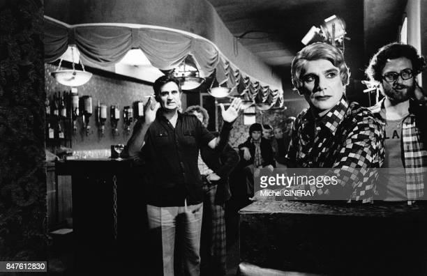 Robert Hossein sur le tournage du film de Roger Hanin a gauche Le Protecteur dans lequel il est travesti au cabaret La Grande Eugene en juillet 1973...