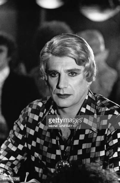 Robert Hossein sur le tournage du film de Roger Hanin Le Protecteur dans lequel il est travesti au cabaret La Grande Eugene en juillet 1973 en France